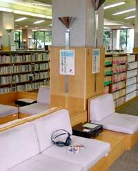 秦野市立図書館のリスニングコーナーの写真画像
