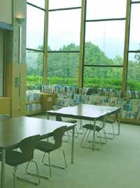 秦野市立図書館の新聞雑誌コーナー机の写真画像