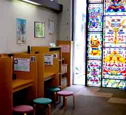 秦野市立図書館のビデオブースの写真画像