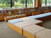 秦野市立図書館の新聞雑誌コーナーソファーの写真画像